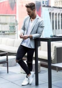 ash blazer with jeans and white sneakers