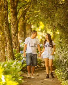 take a photo while walking along a garden path wearing a matching top - discasdemmulher com br