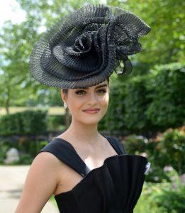 fascinator headpiece in form of hat