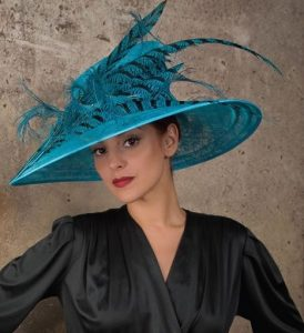 trending fascinator hat design for young ladies with short hairstyles