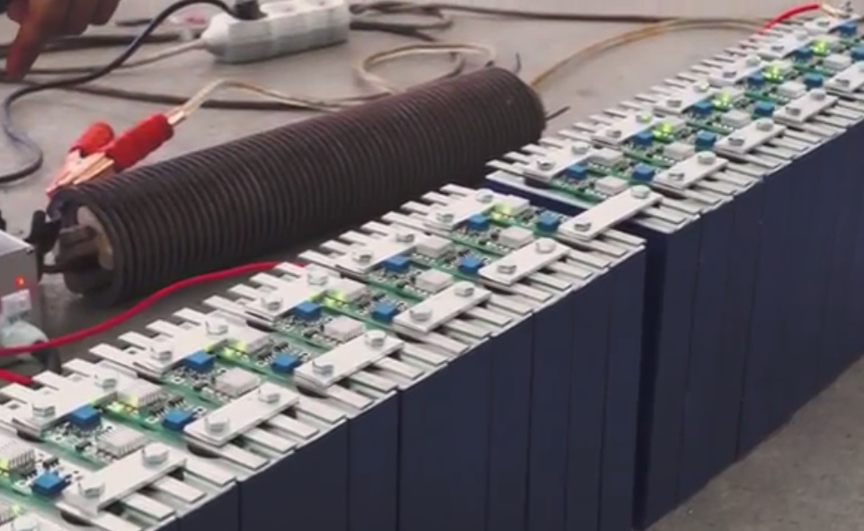 All the balancers are displaying green light which means that the batteries are fully charged