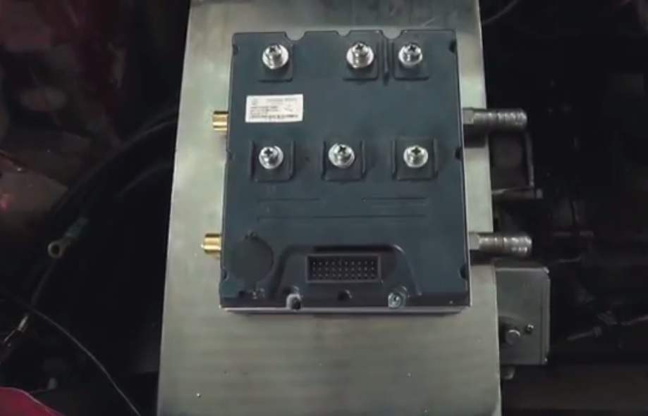 Installing the engine controller on the work plate