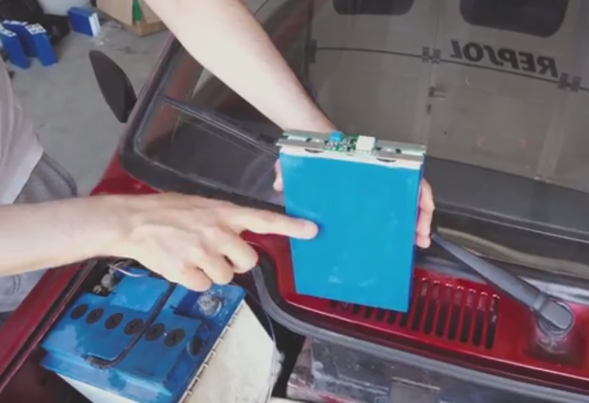 Lithium-ion deep cycle battery with a balancer on top