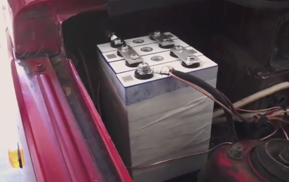 The on-board 12v battery set was also made from the lithium-ion battery
